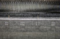 Detalhe de tear produzindo gaze